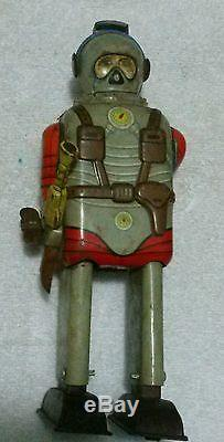 VINTAGE TN JAPAN TIN TOY ASTRONAUT WIND UP 7 3/4 TALL ROBOT with SPACE GUN